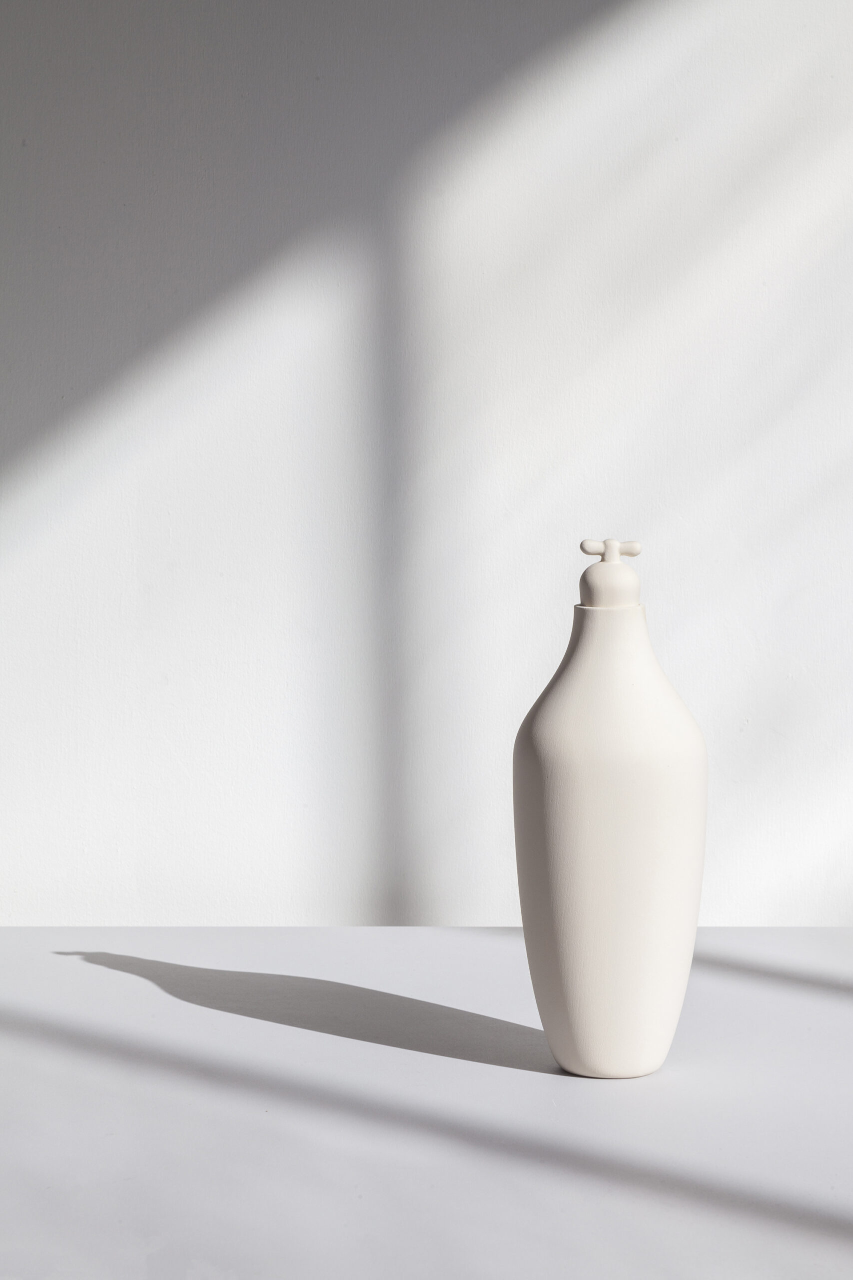 Tap Water Carafe by Lotte de Raadt (setting, image by Vij5) white 02